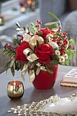Rot-goldener Weihnachtsstrauß mit Rosa 'Orange Sky' (Rosen), Ilex