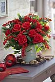 Roter Weihnachtsstrauß mit Rosa 'Orange Sky' (Rosen), Euphorbia fulgens