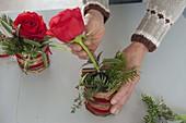 Rosensträußchen mit Kräutern und Koniferenzweigen 4/5