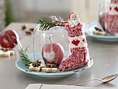 Nikolaus - Teller mit gefülltem Söckchen, Schoko-Nikolaus, Apfel mit Herz aus Zucker unter Glasglocke