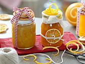 Selbstgemachte Orangenmarmelade als Geschenk mit Spitzenband