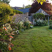 THE GRAY HOUSE, OXFORDSHIRE, DESIGNED by Tim REES. BORDER Beside THE LAWN with A SUMMERHOUSE