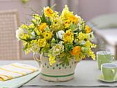 Gelb-weißer Duftstrauß : Tulipa (Tulpen), Ranunculus (Ranunkeln), Acacia