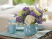 Blau-weißer Duftstrauß mit Rosa (Rosen), Hyacinthus (Hyazinthen), Muscari