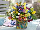 Bunter Frühlingsstrauß in Vase mit Filzverkleidung
