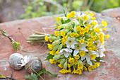 Weiß-gelber Duftstrauß aus Primula veris (Schlüsselblumen, Himmelsschlüssel