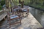 Holz-Terrasse mit Sitzgruppe am Wasserlauf