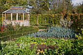 Gemüsegarten mit Pavillon, Hecke und Beeten mit Buxus (Buchs - Einfassung), Porree (Allium porrum)