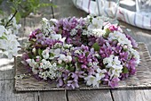 Blütenkranz aus Malus (Zierapfel) und Spiraea (Spierstrauch)