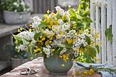 Weiß-gelber Duftstrauß aus Syringa (Flieder) und Ranunculus