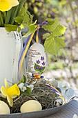 Handbemaltes Osterei : Veilchen, an Zweig von Corylus