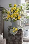 Weiß-gelber Frühlingsstrauß aus Prunus (Kirsche) und Narcissus
