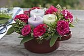 Kerzenkranz aus Rosa (Rosen), Rosmarin (Rosmarinus), Salbei (Salvia)