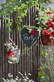 Willkommensgruß am Zaun : Herz aus Schiefer mit Gräsern und Blüten