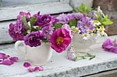 Kleiner Sträuße in Tassen : Rosa Oficinialis (Apothekerrose), Rosa 'Madame