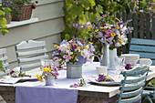 Sommertischdeko mit Rosa (Rosen), Scabiosa (Witwenblumen), Campanula