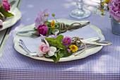 Sommertischdeko : kleine Tellersträuße
