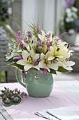 Weiss - rosa Strauss mit Lilium asiaticum (Lilien), Astrantia (Sterndolde)