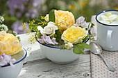 Emaillierte kleine Schalen mit Rosa (Rosen), Lathyrus (Staudenwicken)
