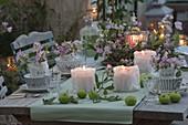 Romantische Tischdeko mit Staudenwicken