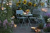Abendliche Sommer - Terrasse mit Helianthus (Sonnenblumen),