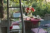 Gedeckter Tisch unterm Baum im Garten