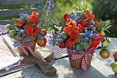 Gestecke aus Tomaten, Kräutern und essbaren Blüten
