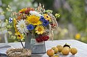 Kleiner Erntedankstrauss mit Helianthus (Sonnenblumen), Calendula