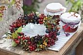 Kranz aus Wildfruechten : Sorbus (Eberesche, Vogelbeere), Hippophae
