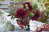 Kleiner Strauß aus Dahlia 'Schwarzer Stern' (Kaktusdahlien), Artischocken