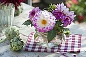 Einmachglas mit Dahlia (Dahlien), Artischocken (Cynara scolymus)
