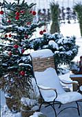 Sitzplatz auf der Terrasse mit weihnachtlicher Dekoration