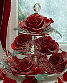 Etagere mit gezuckerten Rosen und Engelshaar