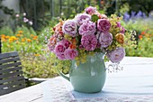 Sommerstrauss aus Rosa (Rosen), Alchemilla (Frauenmantel) und Gypsophila
