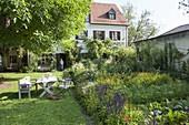 Bunter Garten mit Sommerblumen und Gemüse