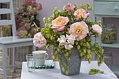 Strauss aus Rosa (rosen) und Humulus (Hopfen) in Zink - Vase