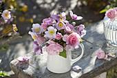 Strauss aus Anemone japonica (Herbstanemonen) und Rosa (Rosen)