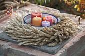 Erntedank - Kranz aus Weizen (Triticum), Emailletopf mit Kerzen in der Mitte