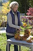 Bunt gemischte Herbstblätter zum Kranz binden