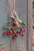 Draht-Kleiderbügel mit Gras umwickelt, dekoriert