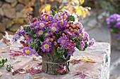 Herbststrauss in mit Rinde verkleideter Vase