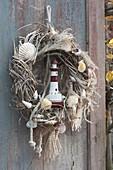 Kranz aus trockenem Miscanthus (Chinaschilf) gewunden , maritim dekoriert