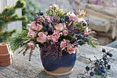 Herbststrauss aus Rosa (Rosen), Pinus (Kiefer), Schlehe (Prunus spinosa)