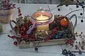 Holz-Tablett mit Herbstfruechten und Windlicht