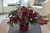 Weihnachtsstrauss mit Lichterkette und gewachsten Rosen