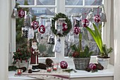 Adventskalender mit grauen Säckchen und gestrickten Weihnachtskugeln