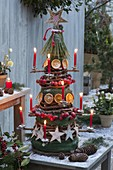 Kegel aus Weinranken als Weihnachtsbaum schmücken