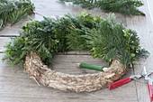 Adventskranz aus gemischtem Grün binden