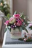 Weihnachtsstrauss mit Rosa (Rosen), Eucalyptus, Abies (Tanne) und Kugeln