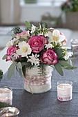 Winterstrauss in Vase mit Filz-Verkleidung : Rosa (Rosen), Helleborus niger